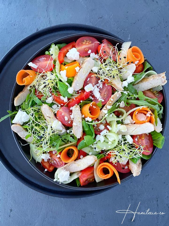 Salata cu legume, gratar si branza decapra