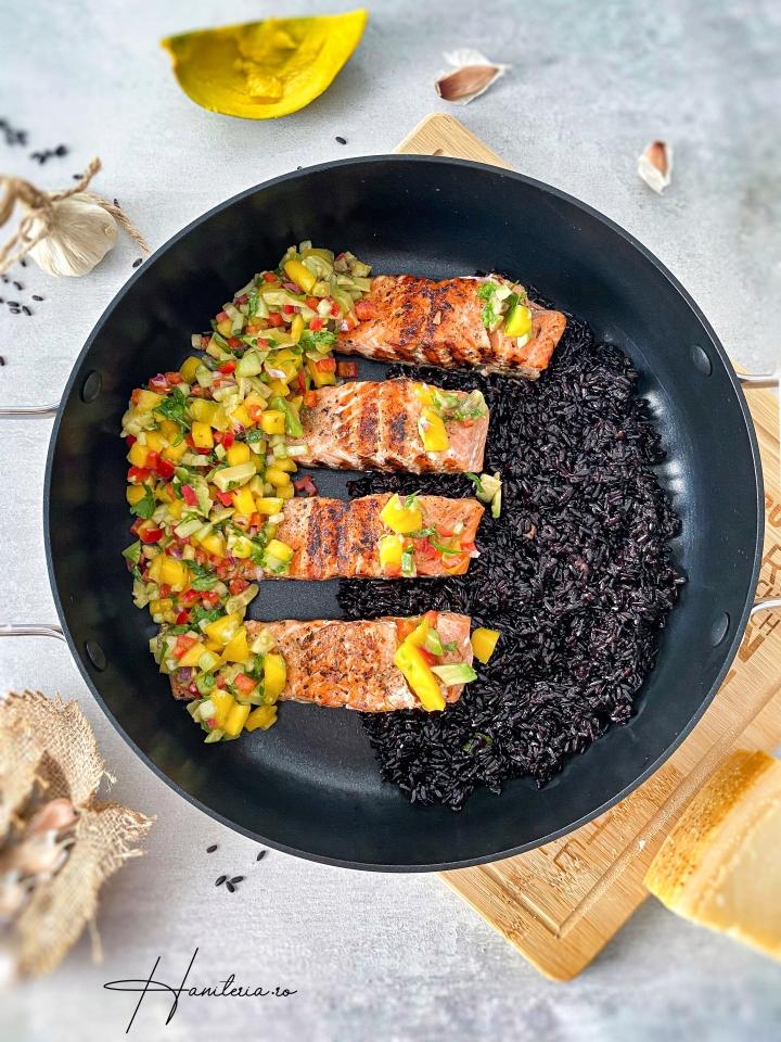 Orez negru cu peste la gratar si salsa demango